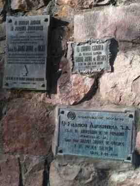 Placas de homenaje en el monumento dedicado al General Güemes en Salta (prov. Salta, 2014)