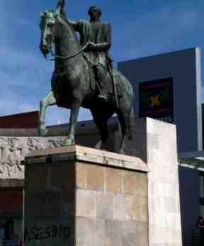 Escultura del monumento a Rivera en Montevideo (2014)