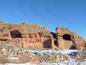 Conjunto conocido como Casa de las Hornacinas, con numerosos mechinales para insertar vigas y sostener estructuras