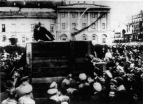 Fotografía problamente trucada a partir de la anterior, eliminando a Trosky y Kamenev