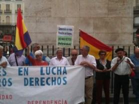 Manifestación republicana en la Puerta del Sol de Madrid (16 de junio de 2014, día de la abdicación de Juan Carlos de Borbón) (foto JRC). Las concentraciones republicanas, reclamando justicia y reparación, se repiten todos los jueves por la tarde desde hace varios años
