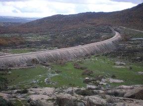 Panorámica de la Dehesa vieja de Bustarviejo atravesada por la vía, la zanja y el terraplén del Directo, aún en uso hoy en día (foto AGR, nov. 2006)