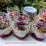 Muesli framboises et mascarpone in a jar P1110593 R