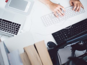 apple-desk-office-working-8841