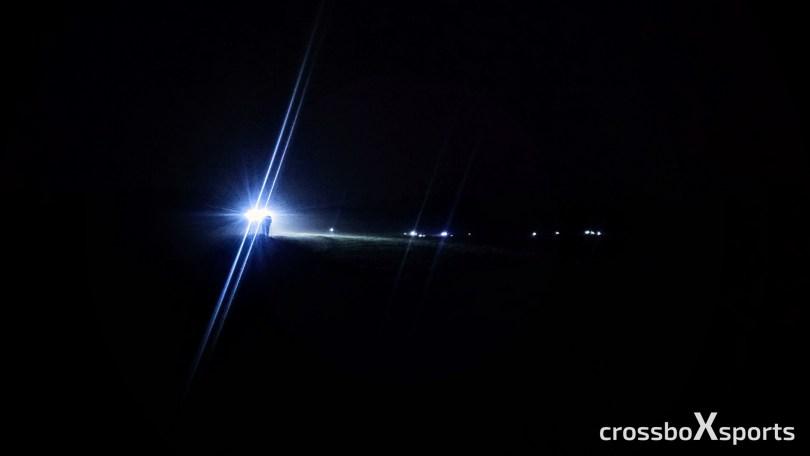Nacht-Läufergruppe mit Stirnband