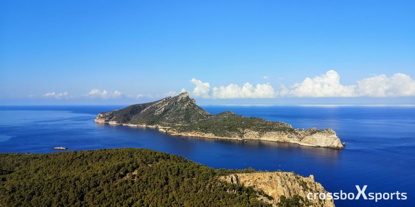 Insel in form eines liegenden Drachens umgeben von blauem Wasser
