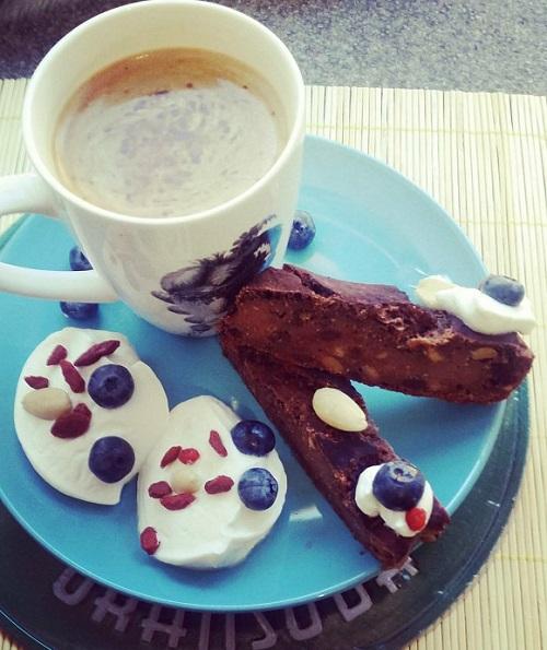 colazione con caffè americano, yogurt greco e banana bread
