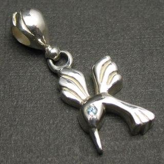 胸元に飛ぶ宝石 ハミングバードの目にカラーストーン「HUMMINGBIRD STONE(ブルートパーズ)」