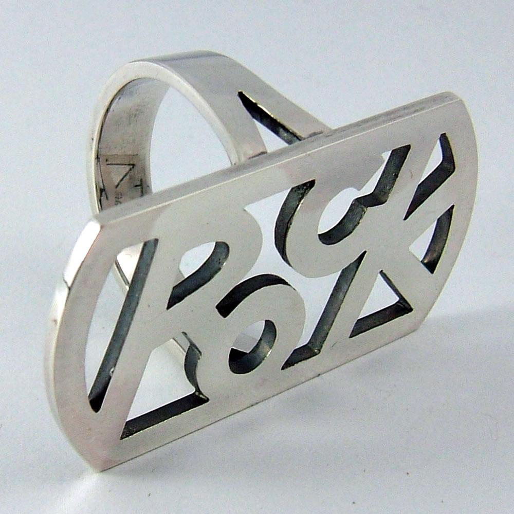 ロックのロゴプレートを使って職人の気まぐれ風リング「ROCK LOGO RING」