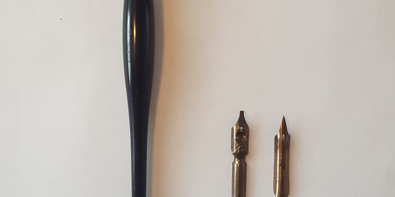 Close-up of a straight penholder as opposed to an oblique holder.