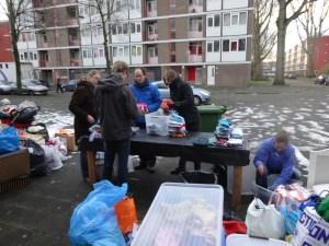 met hulp van Crossroaders in de kou een eerste start maken met opruimen & sorteren