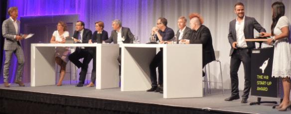 Geschafft: Moderator Hajo Schumacher beglückwünscht Aylin Bruns und Robin Sudermann von Talents Connect