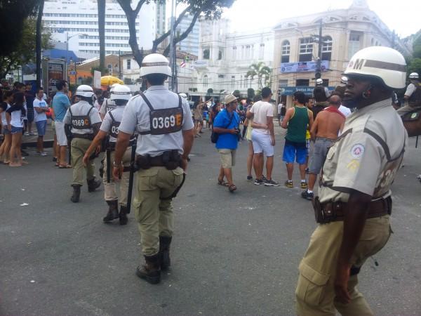 Die Militärpolizei, als es noch ruhig war. Die späteren Einsatzkräfte trugen schusssichere Westen.