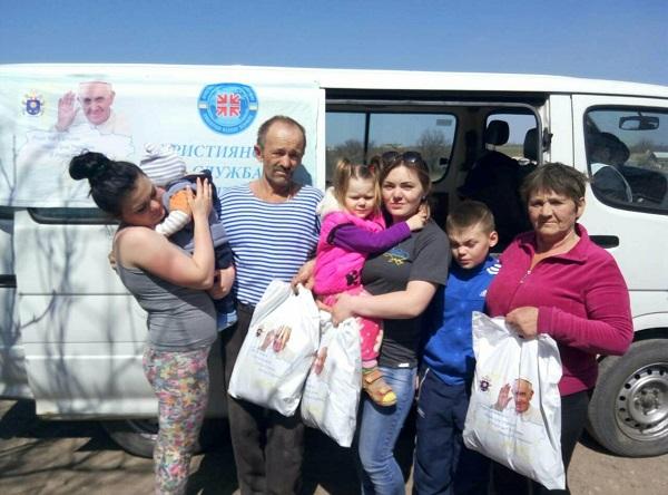 У рамках Акції «Папа для України» ХСП забезпечить майже 11,5 тис. мешканців «сірої зони» комплектами одягу