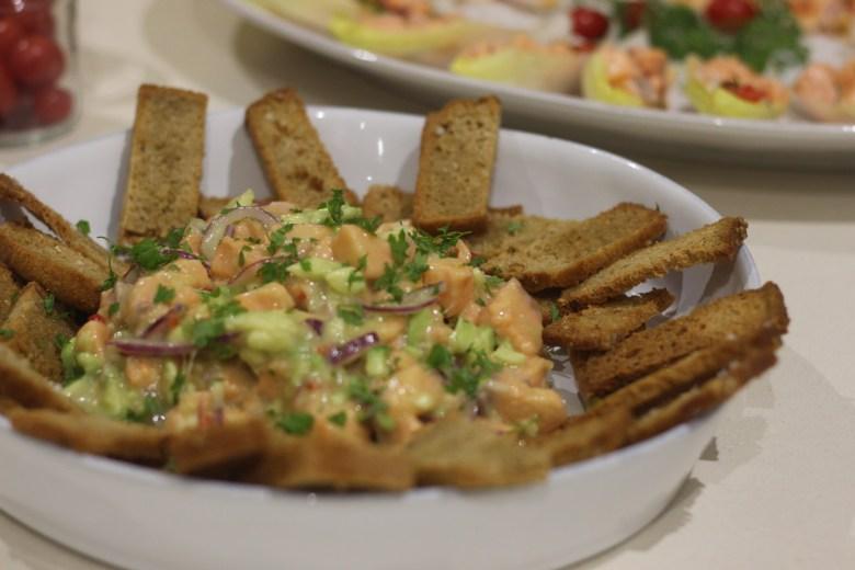 Ceviche de salmão, abacate e cerefólio