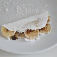 Tapioca de banana, granola e mel.