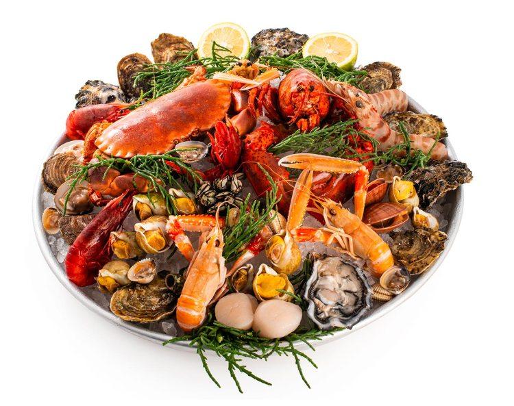 Plateau di pesce crudo preparato alla francese selezione di ostriche molluschi e crostacei gamberi astice granchio percebes aragosta casolari tartare capesante