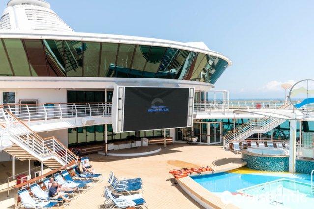 jewel-of-the-seas-outdoor-movie-screen