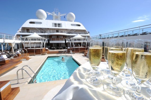 seabourn-odyssey_pool_and_champagne