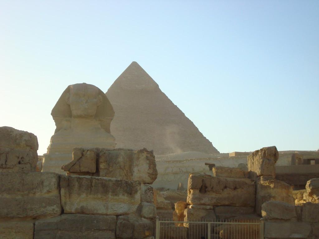 Blick auf die Pyramiden von Gizeh mit der großen Sphinx