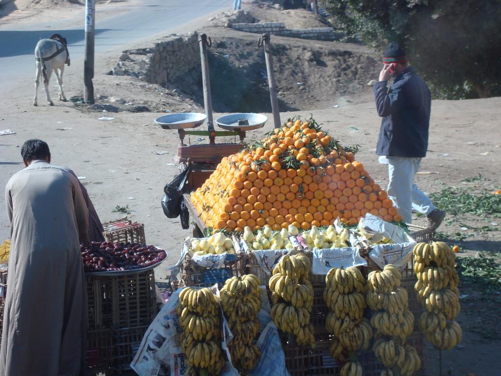 Orangen- und Bananenverkäufer auf den Straßen nahe Kairo