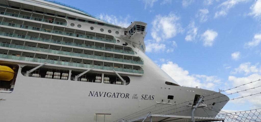 Die Navigator of the Seas in Athen am hafen