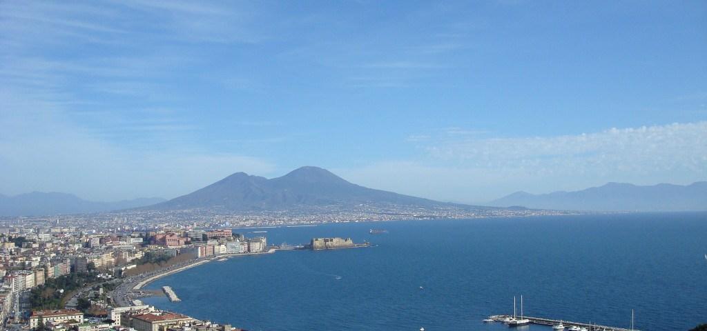 Blick auf den Golf von Neapel mit einem Vulkan