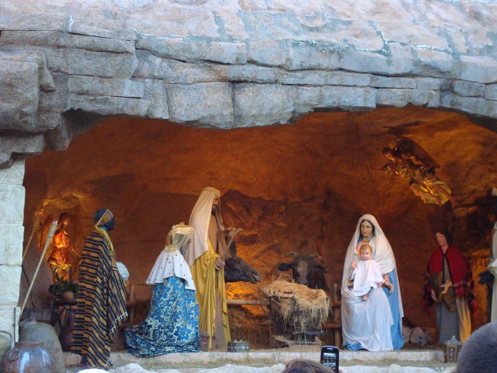 Blick auf die Weihnachtskrippe in der Kirche im Vatikan mit Figuren