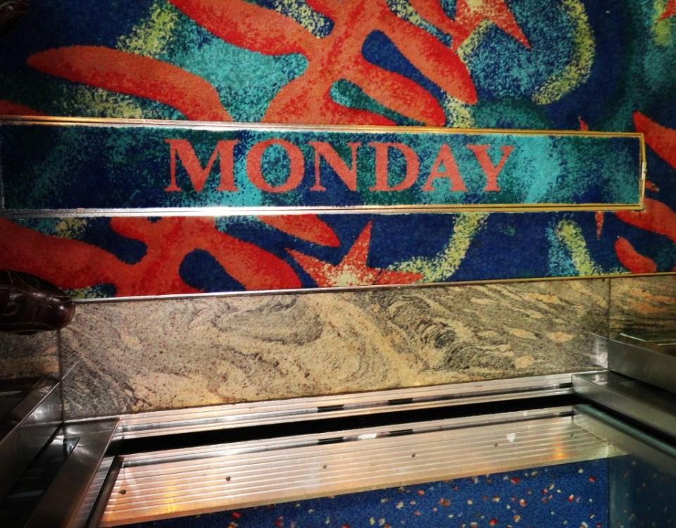 Wochenschild im Aufzug von Kreuzfahrtschiff Navigator of the Seas