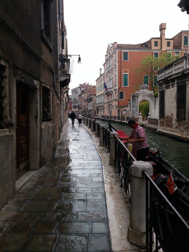 Blick auf eine Gasse in Venedig in der Innenstadt