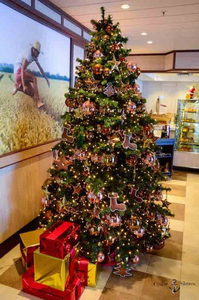 Weihnachtsbaum im Ankelmannsplatz auf dem Kreuzfahrtschiff Mein Schiff 4