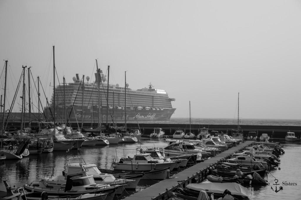Blick auf das Kreuzfahrtschiff Mein Schiff 4 von Tui Cruises auf La Gomera