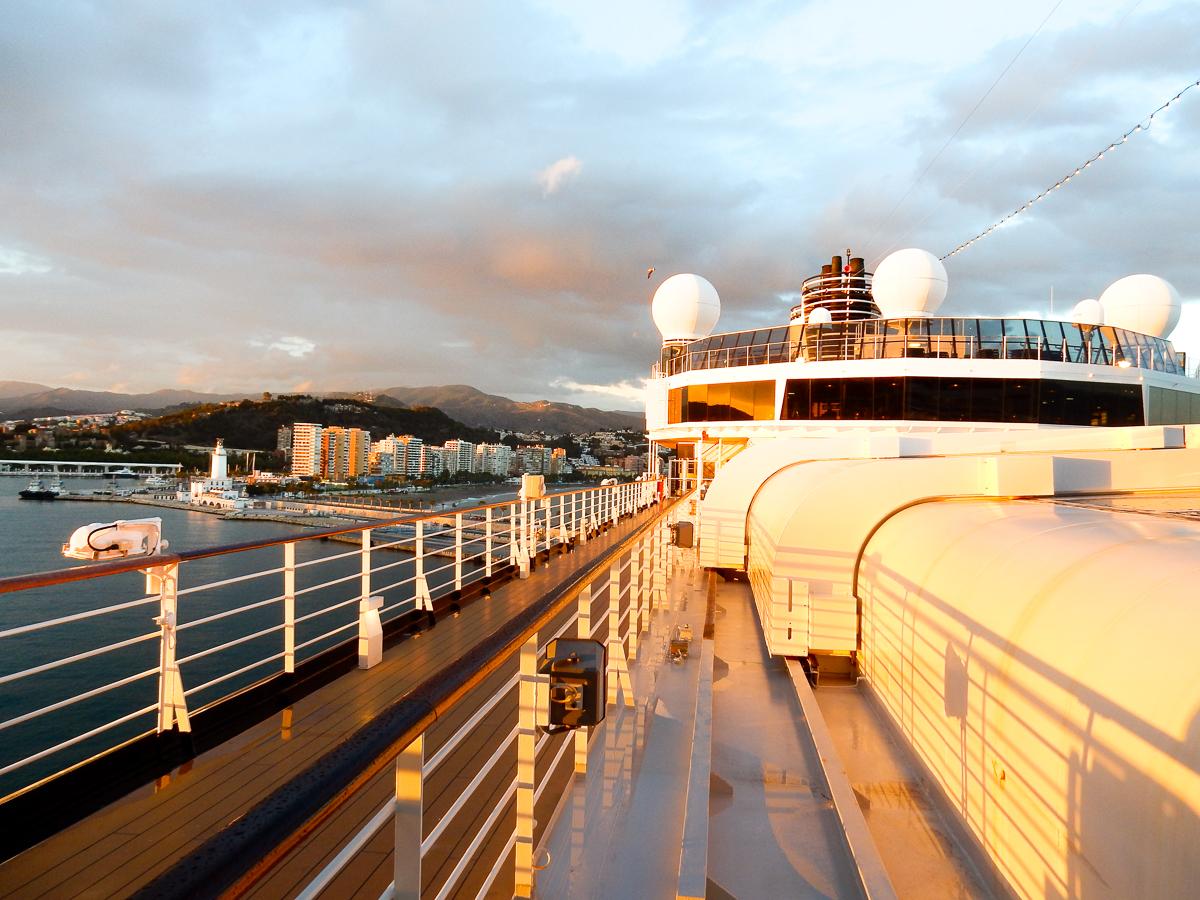 Sonnenuntergang auf dem Kreuzfahrtschiff Eurodam im Hafen von Malaga.
