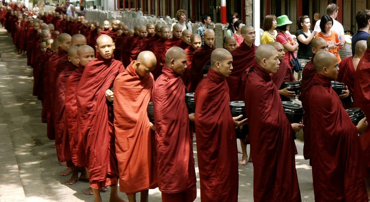Oplev Amarapura og det daglige morgenoptog med de mange munke på din Myanmar rundrejse