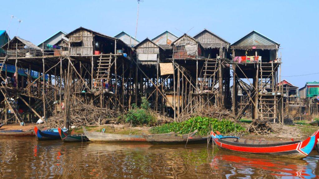 Pæle landsbyer ved Tonle Sap søen i Cambodia