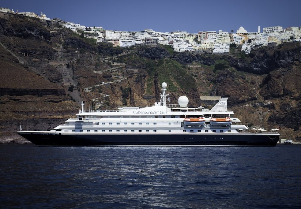 SeaDream ud for kysten af Santorini i Grækenland