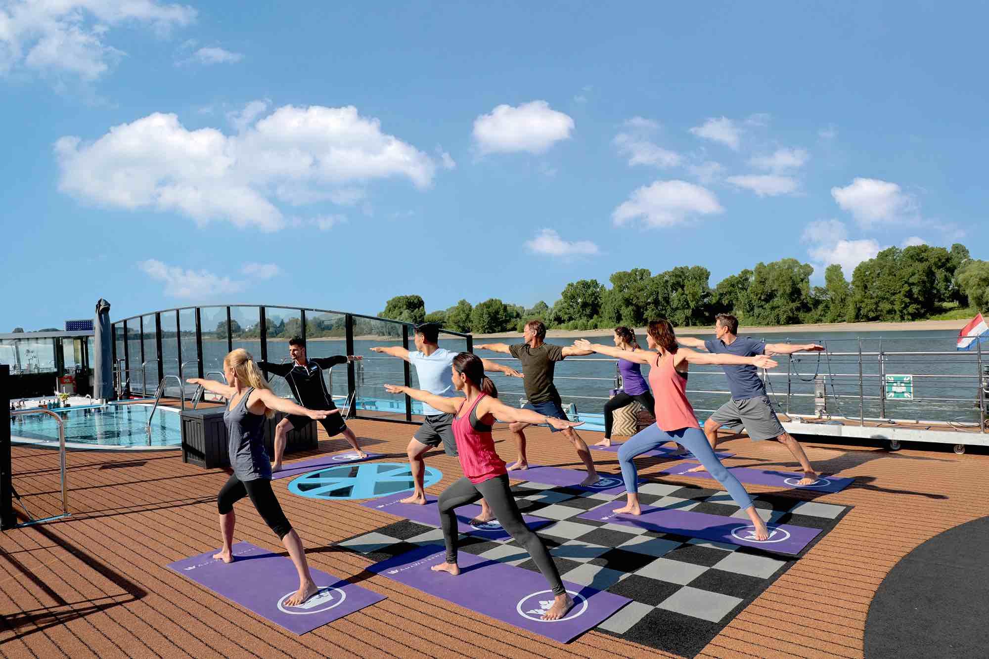 Yoga time om morgenen ude på dækket