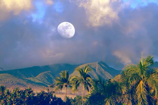 Maui moon rise