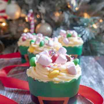 Don't be a cotton headed ninny muggins and try these Buddy the Elf Breakfast Spaghetti cupcakes with M&Ms, marshmallows, sprinkles and syrup frosting
