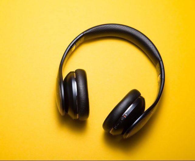 Casque audio noir sur fond jaune.