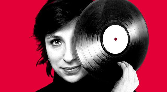 Rebecca Manzoni sur fond rouge qui tient un vinyle.