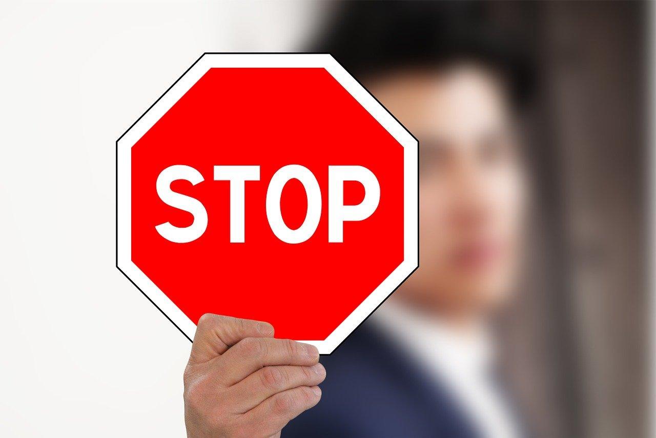 XRP Mann mit Stoppschild in der Hand