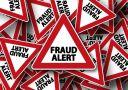 Warnschild mit Aufschrift Betrugs Alarm in englisch Bitcoin