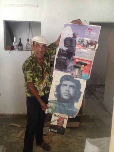 チェゲバラ・カストロ・ベネズエラのチェベスの写真を嬉しそうに掲げる友人のパパ