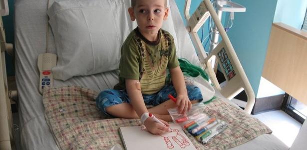 Menino americano de 5 anos paga o próprio tratamento de câncer vendendo 3 mil desenhos de monstros, palhaços e alienígenas na internet, muitos deles feitos na cama do hospital