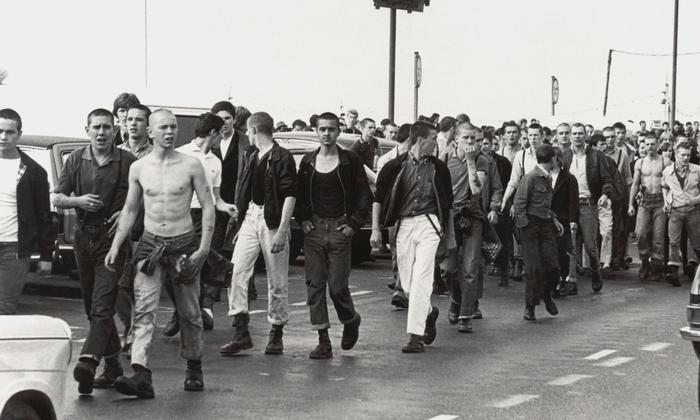 "Het tijdperk van ""Stonikov"" en gekleurde schoenveters. Welke kleding legde uit en vroeg in nul? Antifa, fans, lang"