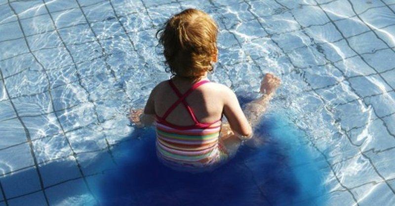По малой нужде в бассейн - окрасится ли вода? Окрашивает ли воду моча в бассейне Миф или правда. Действительно ли вода в бассейне окрасится если в нем пописать. Резкий запах хлора от бассейна свидетельствует о наличии мочи в воде