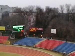 """""""Alfi"""" reklámtábla a szinte töküres vendégszektor fölött a Városi stadionban. Nomen est gólem?"""
