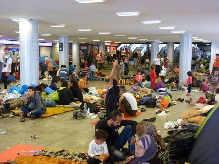 migrants_at_eastern_railway_station_-_keleti%2c_2015-09-04_1