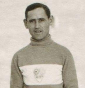Schmidt Béla egy 1930-as években készült képen, a CSKE mezében